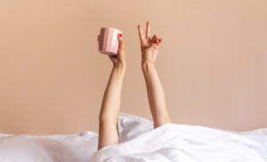 Mujer en la cama contenta